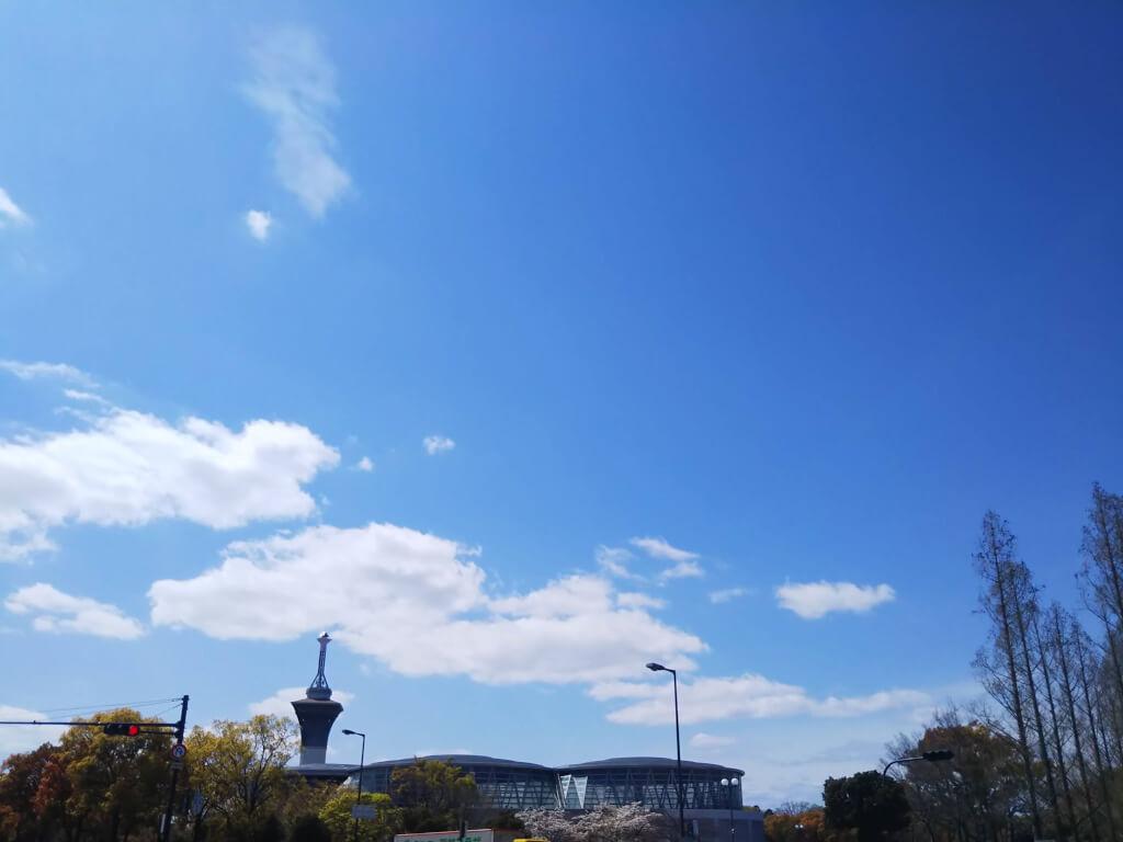 鶴見緑地の青空